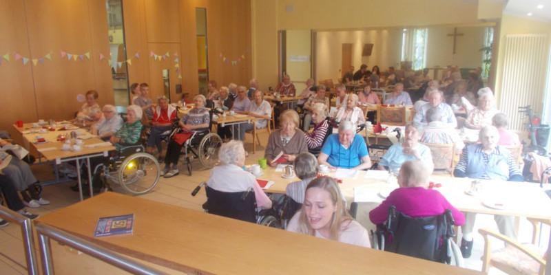 Projekt der CompetenzWerkstatt unterstützt das Stift zu Wüsten beim diesjährigen Rosenfest für die Bewohner des Pflegeheims 2