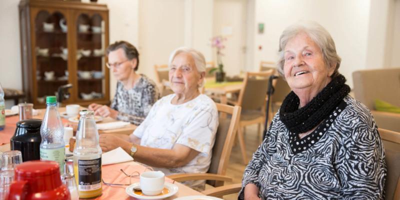 Gruppe Seniorinnen an gedecktem Tisch